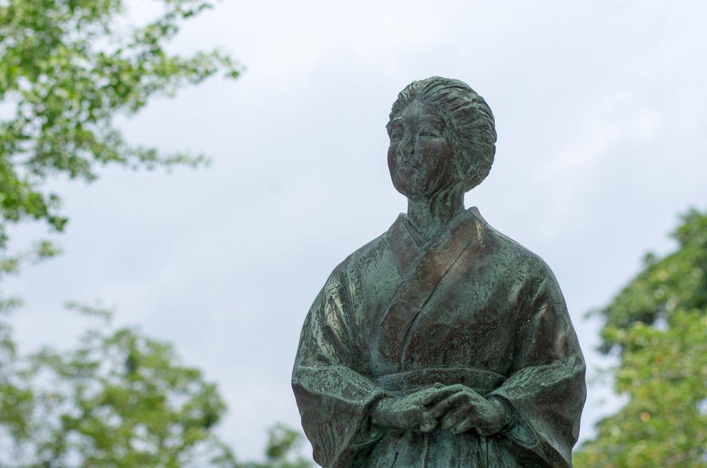 Statue d'une mère, qui regarde attentivement le pilote tokkô, au Musée pour la paix à Chiran, au Japon.