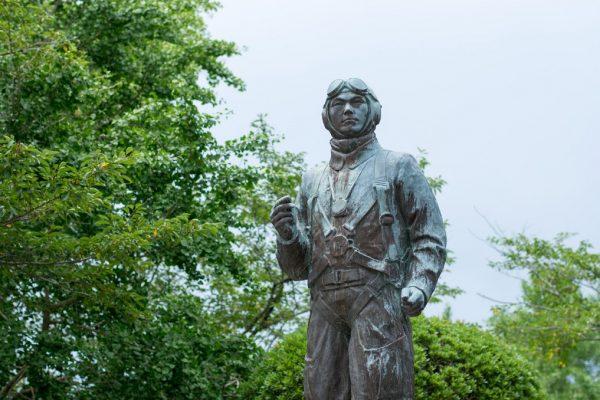 Statue d'un pilote tokkô, située dans le parc devant l'entrée du Musée pour la paix de Chiran au Japon.