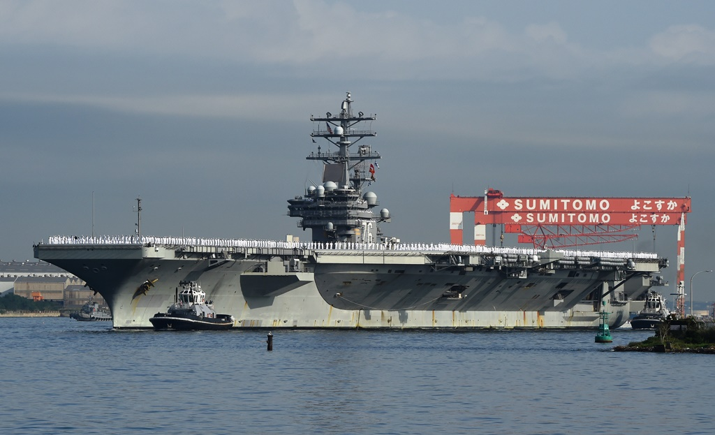 Le porte-avions Aircraft carrier USS Ronald Reagan arrives at the US Navy base in Yokosuka, a suburb of Tokyo, on October 1, 2015.