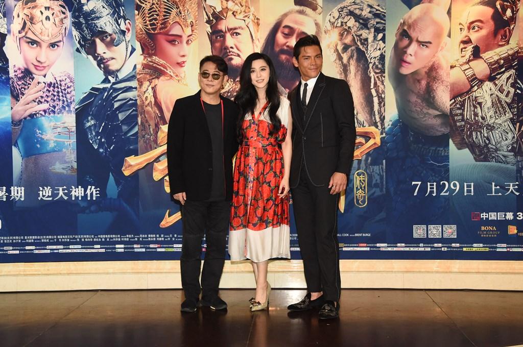 """La star du kung-fu Jet Li et l'actrice chinoise Fan Bingbing avec l'acteur hongkongais Jacky Heung, lors de la première de leur film """"League of Gods"""", réalisé par Koan Hui, à Pékin le 24 juillet 2016."""