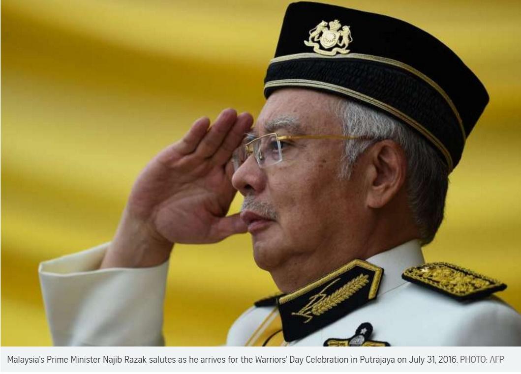 Le Premier ministre malaisien Najib Razak en train de saluer à son arrivée à la cérémonie du jour des Guerriers à Putrajaya, le 31 juillet 2016. Copie d'écran du Straits Times, le 1er août 2016.