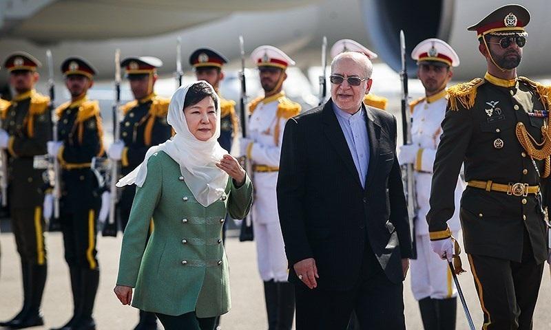 Park Geun-hye, en mai 2016, est accueillie par le ministre iranien de l'Économie Mohammad Reza Nematzadeh à l'aéroport Mehrabad de Téhéran.