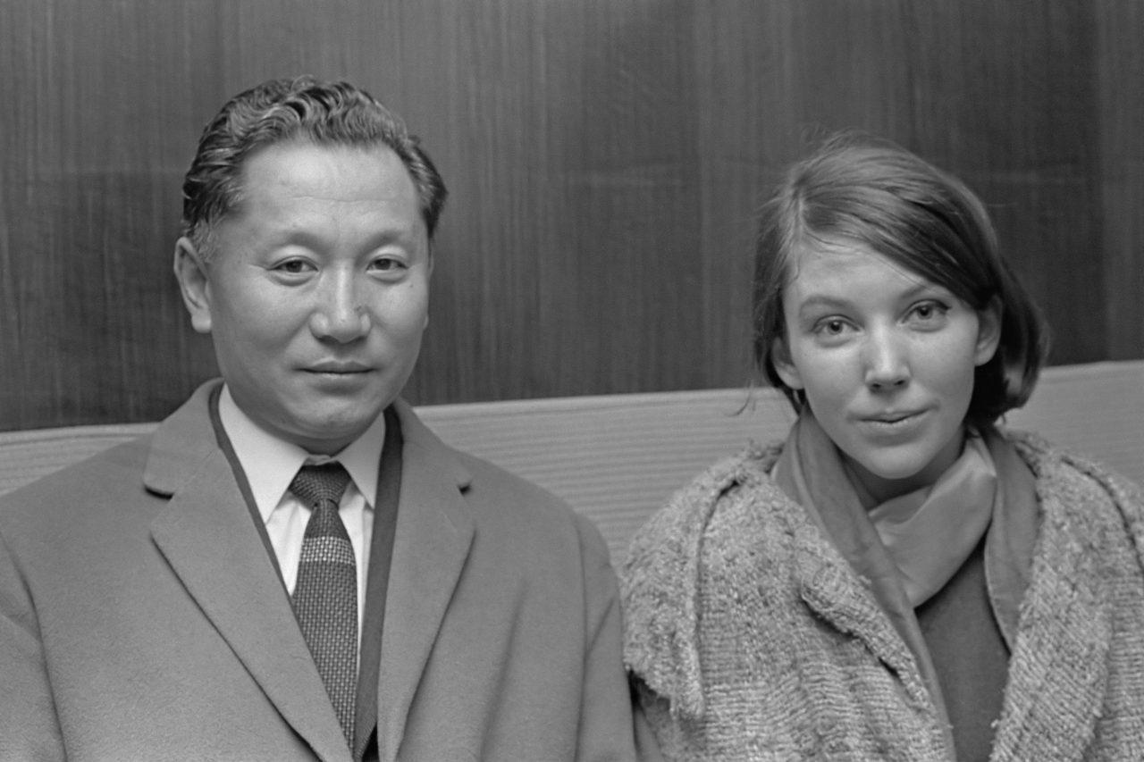 Le Chogyal Palden Thondup Namgyal et son épouse, l'Américaine Hope Cook, à Amsterdam en 1966.