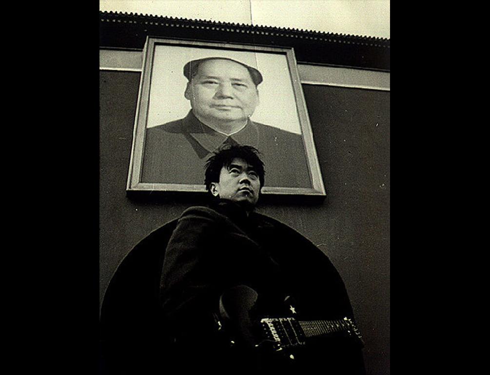 Le rocker chinois Cui Jian sur la place Tian'anmen à Pékin à la fin des années 1980. En 1989, il fait un concert sur la place en soutien au mouvement étudiant. (Crédits : Cui Jian official pictures)