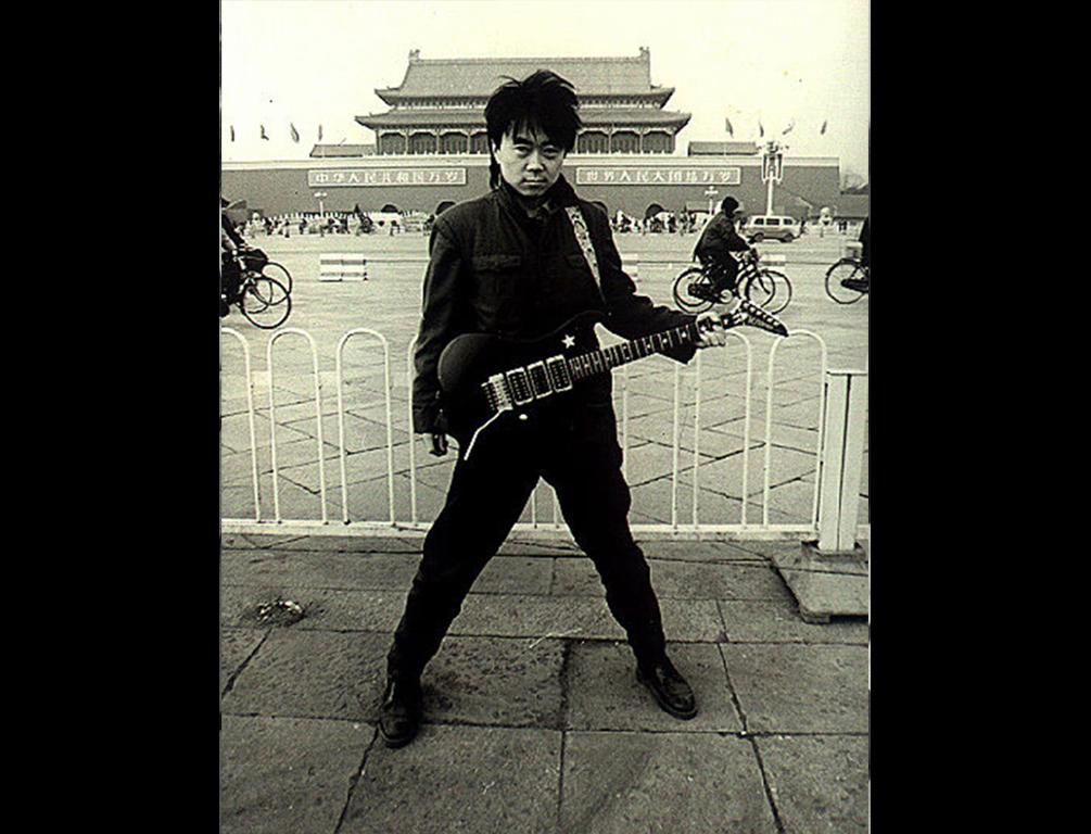 Le rocker chinois Cui Jian sur la place Tian'anmen à Pékin à la fin des années 1980. (Crédits : Cui Jian official pictures)