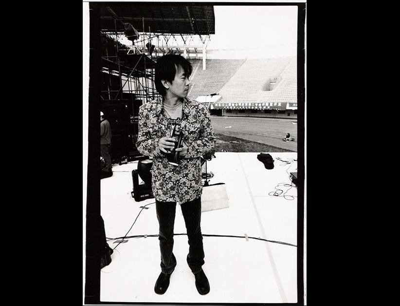 Cui Jian, trompette à la main, en répétition avant un concert en Chine au début des années 1990. (Crédits : Cui Jian official pictures)