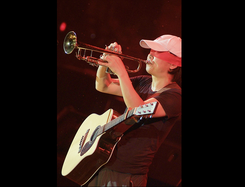 Cui Jian en concert au Capital Stadium de Pékin le 24 septembre 2005. (Crédits : Song Shaohui / Cui Jian official pictures)