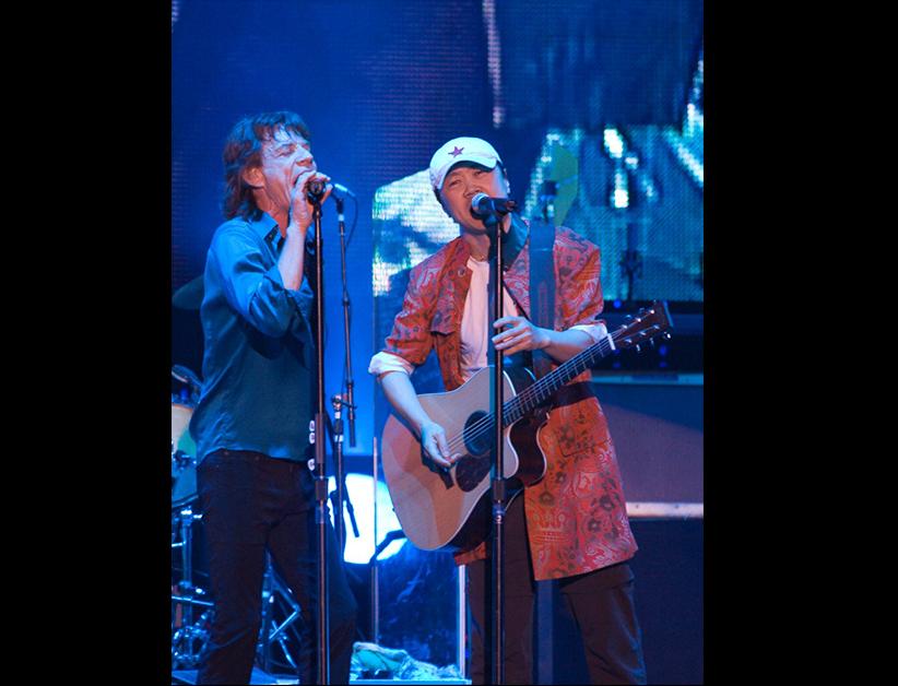 Cui Jian invité sur scène par Mick Jagger lors du premier concert des Rolling Stones en Chine, au Shanghai Grand Stage Theater le 8 avril 2006. (Crédits : Cui Jian official pictures)
