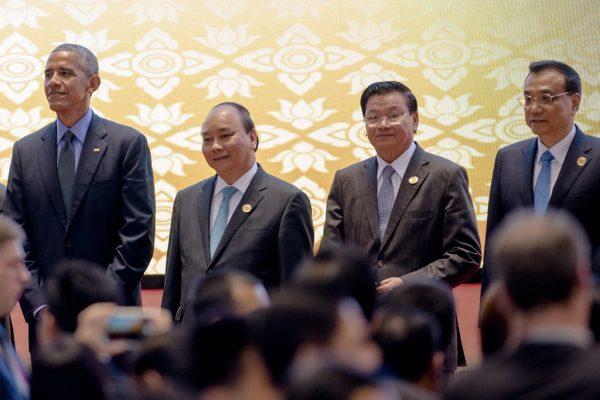 De gauche à droite, le président américain Barack Obama aux côté du Premier ministre vietnamien Nguyen Xuan Phuc, du premier ministre laotien Thongloun Sisoulith et du Premier ministre chinois Li Keqiang lors du 11ème sommet de l'Asie orientale à Vientiane le 8 septembre 2016.