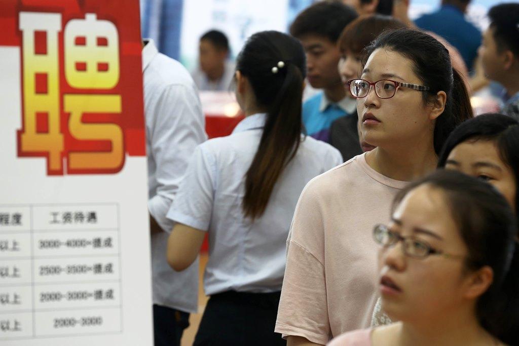 De jeunes diplômés chinois lors d'ue foire à l'emploi à Huangshan, dans la province de l'Anhui à l'est de la Chine, le 28 mai 2016.
