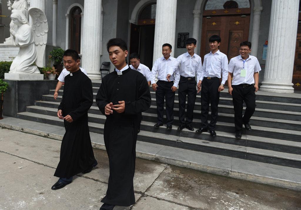 Des moines catholiques sur les marches de l'église catholique du Sacré Coeur à Anyang, dans la province chinoise du henan, après l'ordination de l'évêque Joseph Zhang Yilin le 4 août 2015.