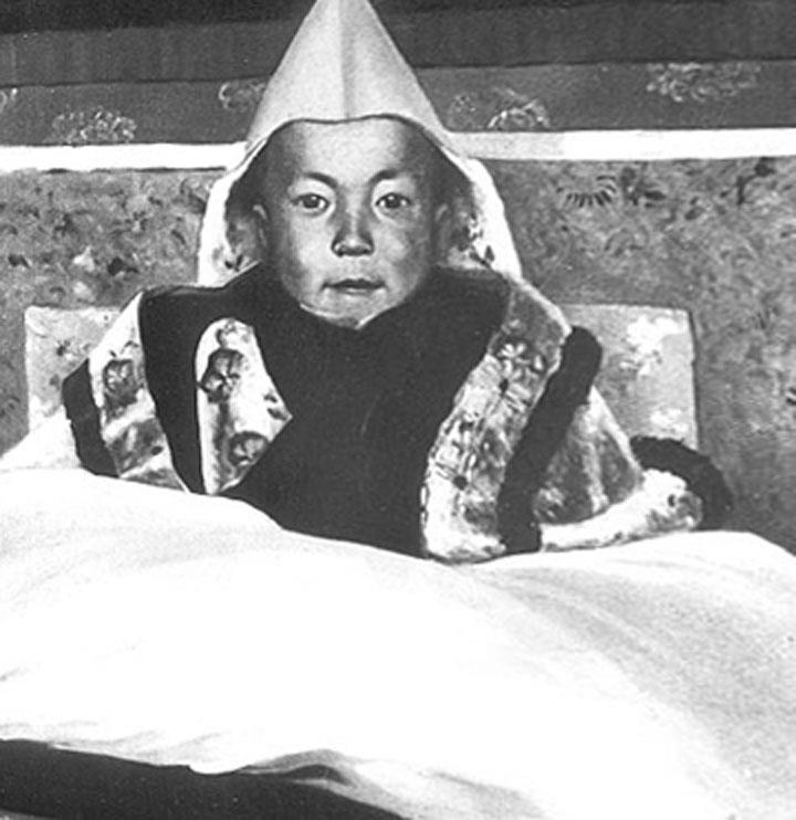 Tenzin Gyatso, XIVe et actuel dalaï-lama, lors de sa cérémonie d'intronisation en 1940. Il est alors âgé de cinq ans.