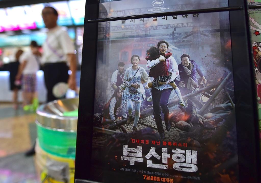 """Le poster du film sud-coréen, """"Train to Busan"""", dans un cinéma de Séoul le 4 août 2016."""