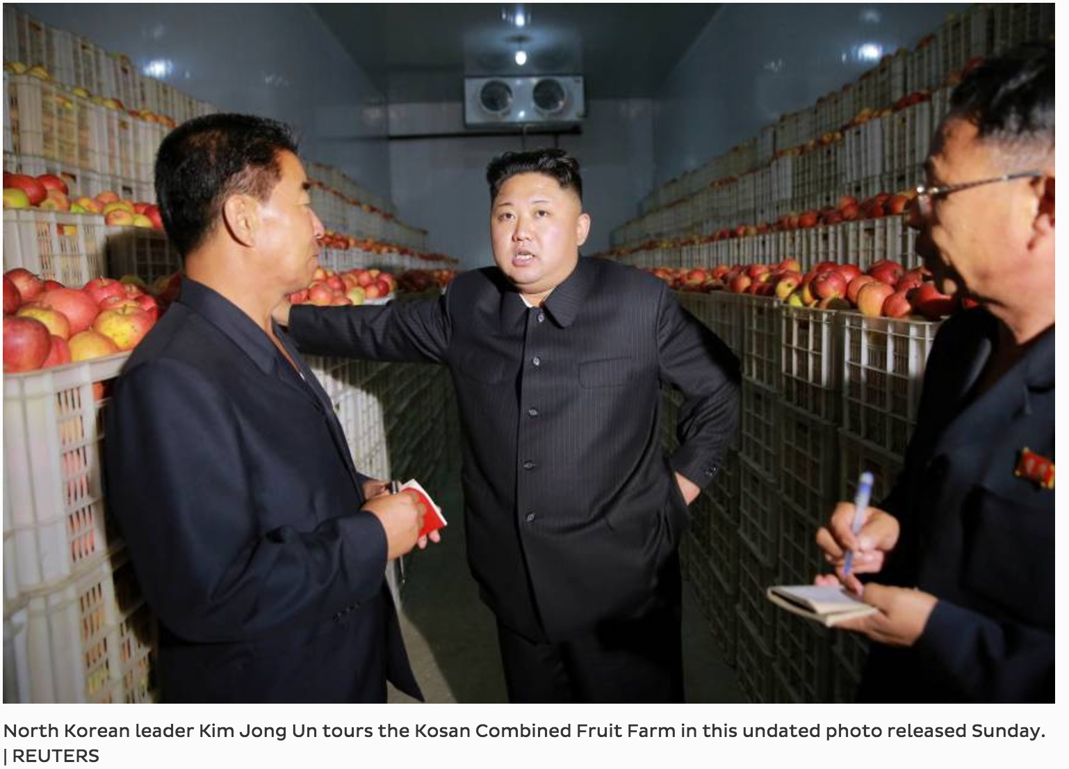 Indifférente aux sanctions onusiennes, la Corée du Nord continue ses provocations face à une communauté internationale désarmée. Ci-dessus le leader nord-coréen Kim Jong-un, lors d'une visite de terrain dans une ferme collective de Kosan. Copie d'écran du Japan Times, le 21 septembre 2016.