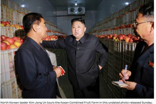 le leader nord-coréen Kim Jong-un, lors d'une visite de terrain dans une ferme collective de Kosan. Copie d'écran du Japan Times, le 21 septembre 2016
