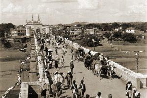 Photographie du pont permettant d'accéder à la ville d'Hyderabad, en 1892.