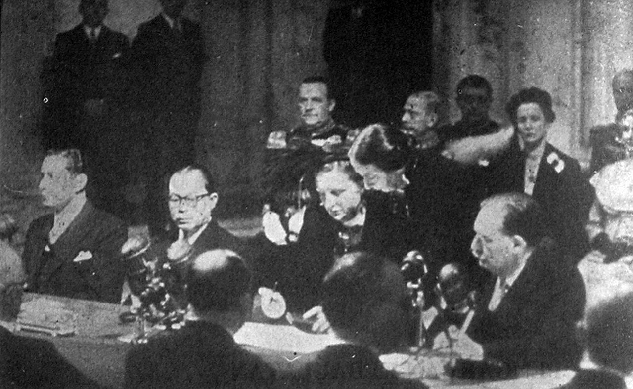 La Reine Juliana des Pays-Bas signe le transfert de souveraineté sur l'Indonésie, en présence du premier ministre indonésien Mohammad Hatta, au palais royal Place du Dam à Amsterdam, le 27 décembre 1949.
