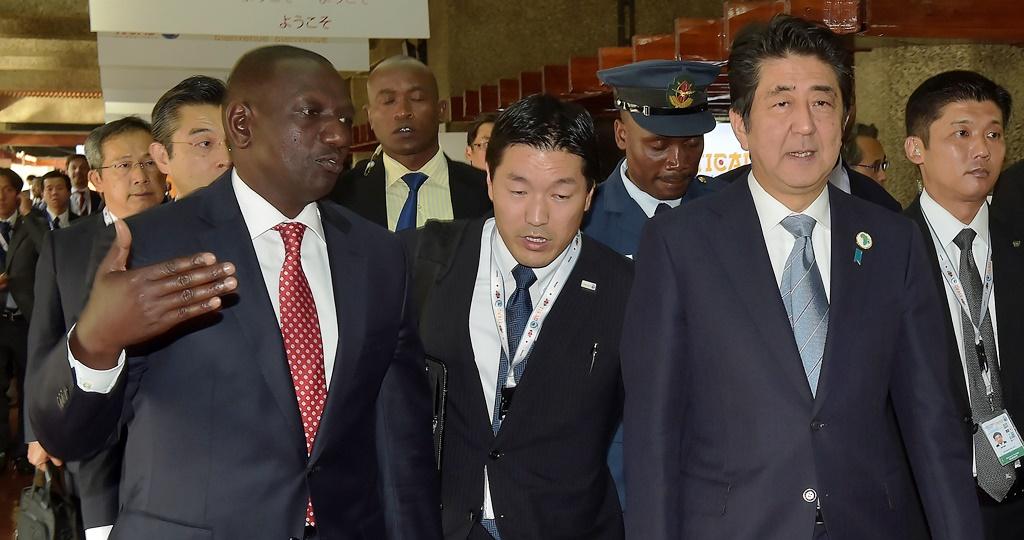 Le Premier ministre japonais Shinzo Abe accompagné du vice-président kenyan William Ruto arrive à une réunion avec le ministre kenyan de la Santé et la Banque mondiale à la conférence TICAD (Tokyo International Confernce on African Development) à Nairobi le 26 août 2016.