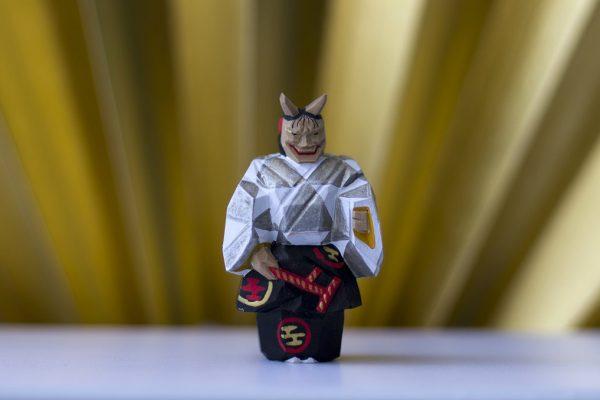"""Figurine d'ittôbori, art de sculpter et colorer des objets en bois, représentant Dame Aoi. Personnage du """"Dit du Genji"""", elle est ici possédée par l'esprit vivant d'une femme jalouse."""