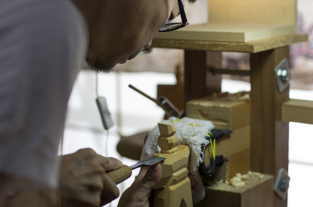 """Ippei Matsumoto, sculpteur d'ittôbori, en train de tailler une figurine représentant un empereur. Diplômé de l'Université des beaux-arts d'Osaka en 2000, il a hérité de l'atelier Tetsuzan situé à Sakai en 2009 suite à la disparition de son père. Il enseigne par ailleurs la """"sculpture de Nara"""" dans un seconde atelier, situé dans les monts de Yoshino."""