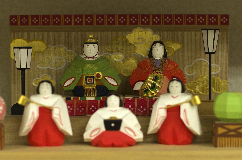 Couple impérial, traditionnellement exposé le jour de la fête des poupées, célébrée le 3 mars, et dans la période de quelques jours qui précède.