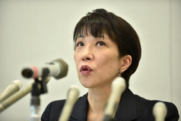 Sanae Takaichi, ministre japonaise des Affaires intérieures et des Communications, lors d'une conférence de presse à Tokyo le 6 avril 2015.