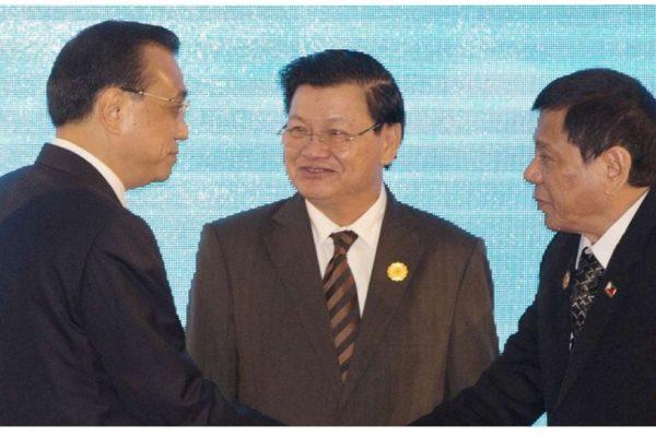 La Chine se rapproche-t-elle opportunément du Laos ? Ici le ministre chinois des Affaires étrangères Li Keqiang, saluant le président philippin Rodrigo Duterte, sous le regard du Premier ministre laotien Thongloun Sisoulith, à Vientiane ce jeudi 8 septembre. Copie d'écran du South China Morning Post, le 8 septembre 2016