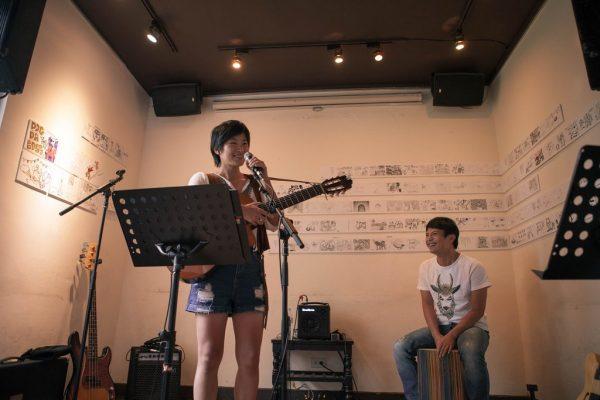 La chanteuse Li Te-yun rejointe par le chanteur Chen Yonlon (陳永龍) lors d'un concert au profit des animaux abandonnés.