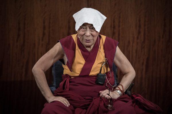 Le Dalaï-lama lors d'un discours dans un hôtel à Paris le 13 septembre 2016, pour sa première visite en France depuis 5 ans.