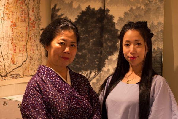 Tsukasadayû et sa fille Aoitayû, dans leur snack-bar à Kyôto.