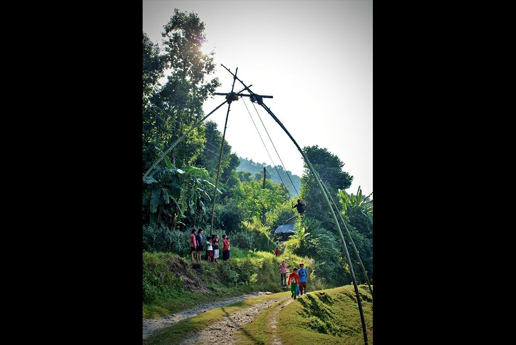 Fin de journée à Masel. La balançoire vient d'être dressée. Tous les jeunes du village se regroupent autour de la structure. (Copyright : Juliette Buchez)