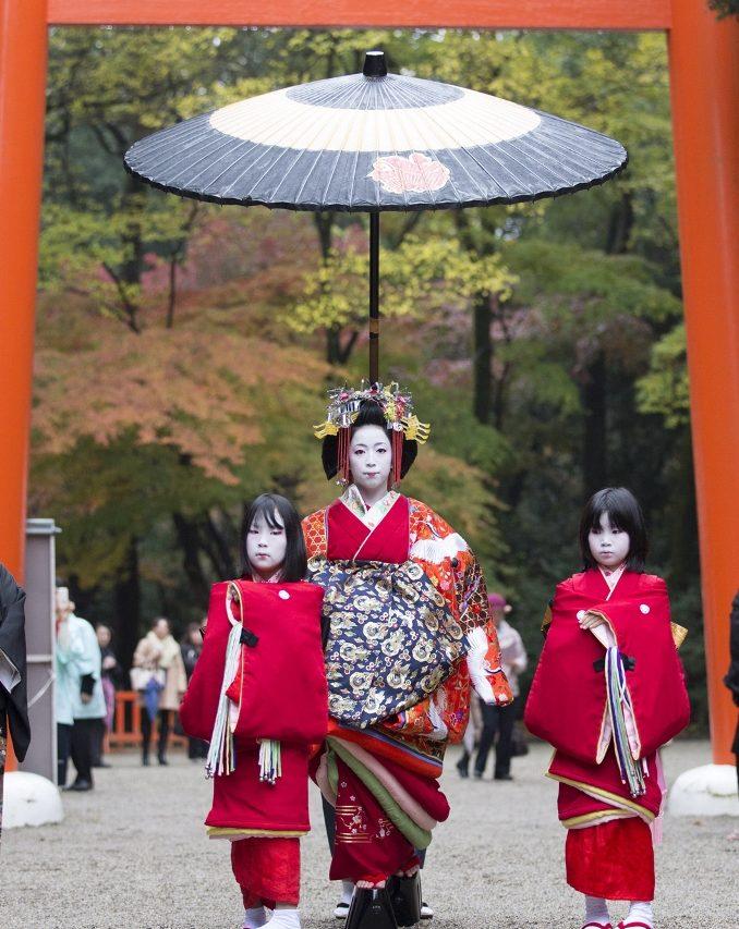Procession d'Aoitayû, accompagnée de deux kamuro, lors de ses débuts, en novembre 2014 au sanctuaire Shimogamo.
