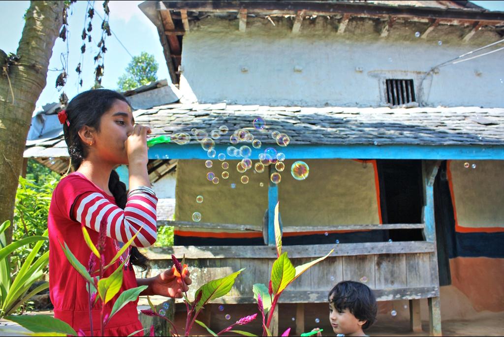 Les journées s'écoulent au rythme du soleil et des repas. Les enfants jouent dans la cour devant la maison, tandis que les femmes s'affairent en cuisine. (Copyright : Juliette Buchez)