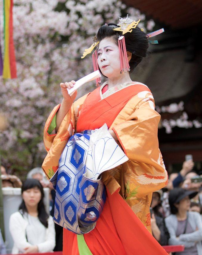 Représentation de Tsukasadayû au sanctuaire Iwashimizu Hachimangû, dans le département de Kyôto, en avril 2016. Les tayû portent le nœud de leur ceinture de kimono sur le devant, contrairement aux geishas.