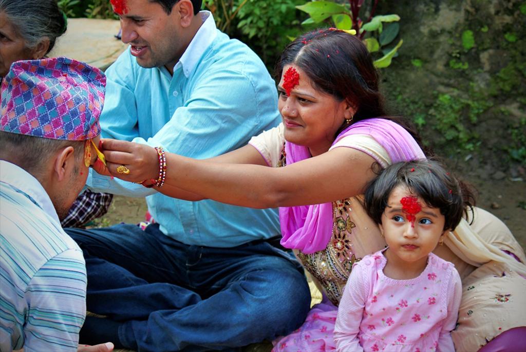 Le tika se donne aux cadets dans la famille, mais également aux beaux-parents ou aux voisins et amis qui passent pour cette cérémonie..