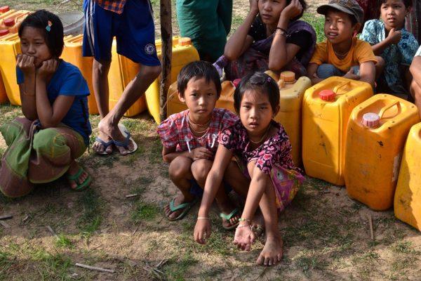 En Birmanie, Des enfants des deux communautés religieuses musulmane et bouddhitse attendent de pouvoir puiser l'eau dans un village du Rakhine.