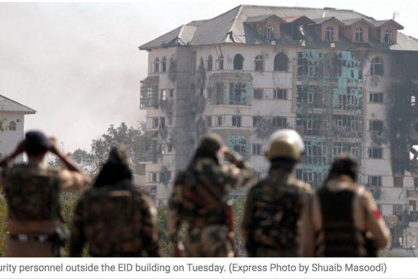 Deux des trois assaillants sont morts dans l'attaque et l'immeuble a été partiellement détruit. Copie d'écran de The Indian Express, le 13 octobre 2016.