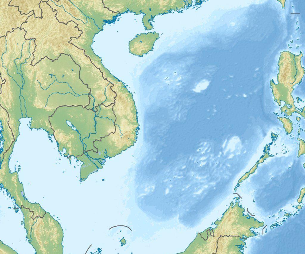 Cette carte du relief en mer de Chine du Sud montre bien la localisation des eaux profondes (en bleu foncé au cœur de l'archipel des îles Spratleys).
