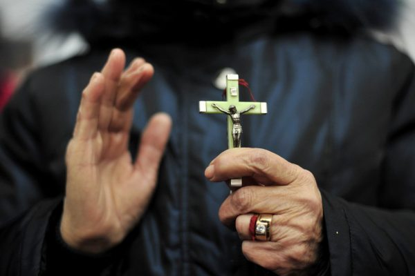 Une croyante arbore une croix en participant à la messe de Noël dans une église catholique de Wuhan, dans la province centrale du Hubei, le 24 décembre 2010.