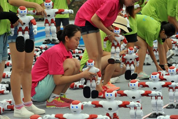 Une équipe chinoise dispose des robots en ligne pour battre le record du monde du nombre de robots dansant simultanément à Qingdao, dans la province chinois du Shandong (Nord-Est), le 30 juillet 2016. Record battu avec 1 007 robots qui ont dansé à l'unisson pendant une minute.