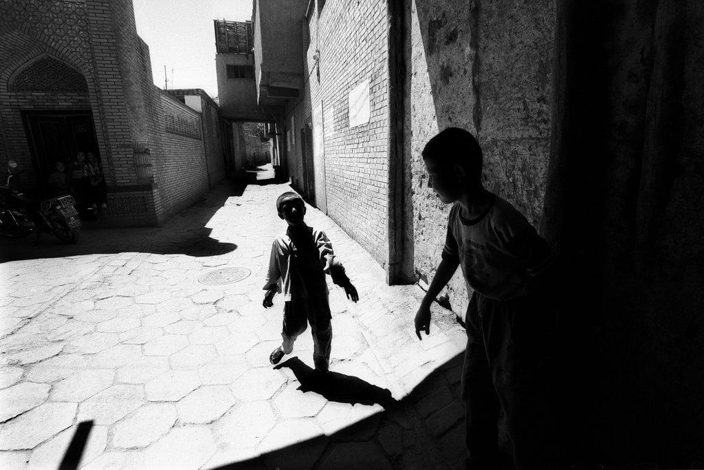 Enfants jouant dans les rues de la vieille ville, Kashgar, 2004. (Crédit : Ma Kang).