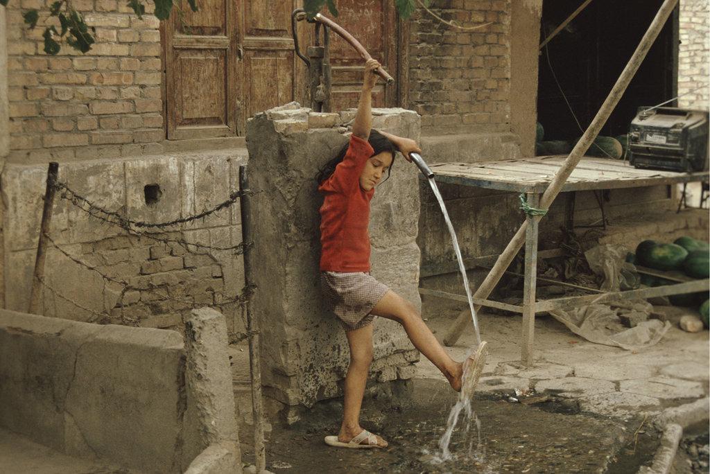 Fillette se lavant les pieds, Kashgar 1996. (Crédit : Ma Kang).