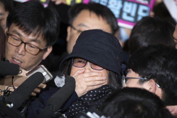 """Choi Soon-sil, la """"confidente"""" de la présidente sud-coréenne Park Geun-hye, à l'approche du bureau du procureur du district de Séoul. (Crédits : Korea Times / photo Choi Won-suk). Copie d'écran du Korea Times, le 31 octobre 2016."""