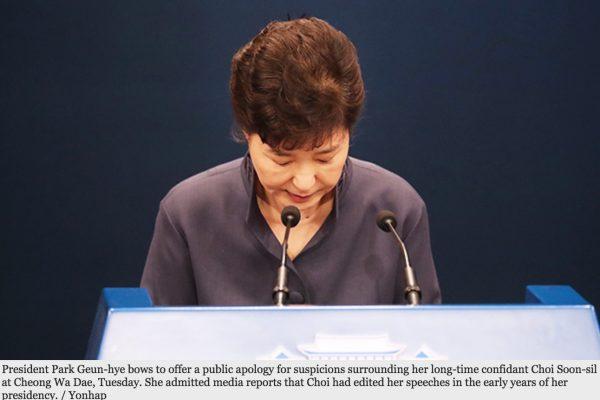 La présidente sud-coréenne a reconnu que sa confidente, Cho Soon-sil l'avait aidée à rédiger ses discours pendant sa campagne de 2012 et durant les premières années de son mandat. Copie d'écran du Korea Times, le 26 octobre 2016.