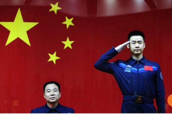 Le vaisseau doit amarrer prochainement avec la station spatiale Tiangong 2, la première horloge à atomes froids basée dans l'espace. Copie d'écran du South China Morning Post, le 17 octobre 2016.