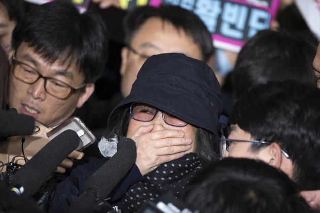 """Choi Soon-sil, la """"confidente"""" de la présidente sud-coréenne Park Geun-hye, à l'approche du bureau du parquet central du district de Séoul. (Crédits : Korea Times / photo Choi Won-suk). Copie d'écran du Korea Times, le 31 octobre 2016."""