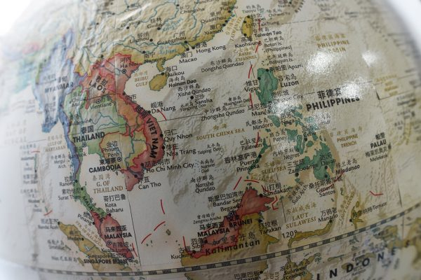 """Un globe terrestre chinois fait apparaître la mer de Chine méridionale où les îles Spratleys sont indiquées en tant que """"Nansha Qundao""""."""