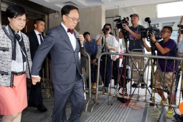 L'ancien chef de l'exécutif hongkongais Donald Tsang, ici avec son épouse, est au coeur d'un procès pour corruption pour n'avoir pas déclaré au fisc un appartement de luxe à Shenzhen. Copie d'écran du South China Morning Post, le 11 octobre 2016.