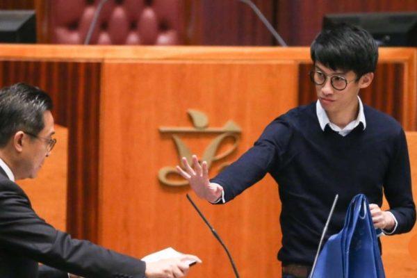 D'ici deux semaines, la Cour de Première Instance de Hong Kong examinera si le chef de l'exécutif est légitime à casser la décision du président du Conseil législatif d'autoriser les députés pro-indépendantistes à prêter un nouveau serment. Copie d'écran du South China Morning Post, le 20 octobre 2016.