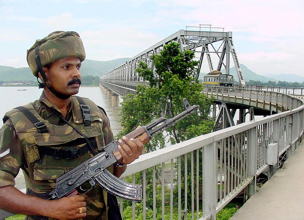 Un soldat de l'armée indienne monte la garde à l'entrée du pont Saraighat sur le fleuve Brahmapoutre, à Guwahati, le 10 août 2003.